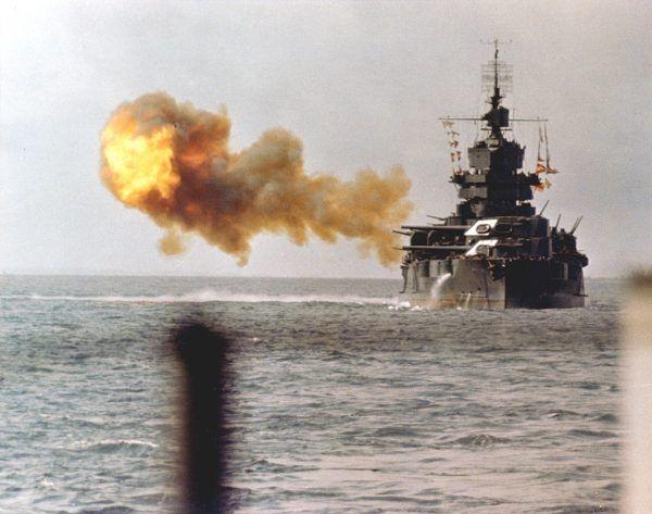 Amerykański pancernik USS Idaho bombarduje pozycje japońskie na Okinawie, 1 kwietnia 1945 r. (fot. U.S. Navy, ze zbiorów Naval History and Heritage Command, domena publiczna).