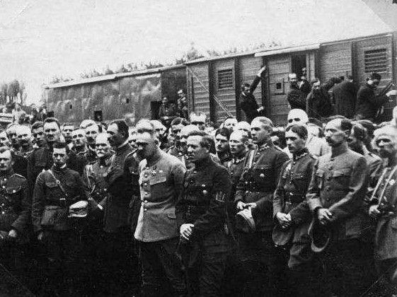 Józef Piłsudski, Symon Petlura i polscy oraz ukraińscy oficerowie, Stanisławów 1920 r. (fot. domena publiczna).