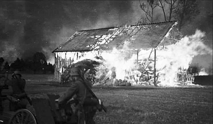 """Polscy jeńcy byli nie tylko rozstrzeliwani. Wielu z nich zostało spalonych żywcem w stodołach oraz innych zbudowaniach. (Przykładowa ilustracja z książki Jochena Böhlera pt. """"Najazd 1939. Niemcy przeciw Polsce"""")."""