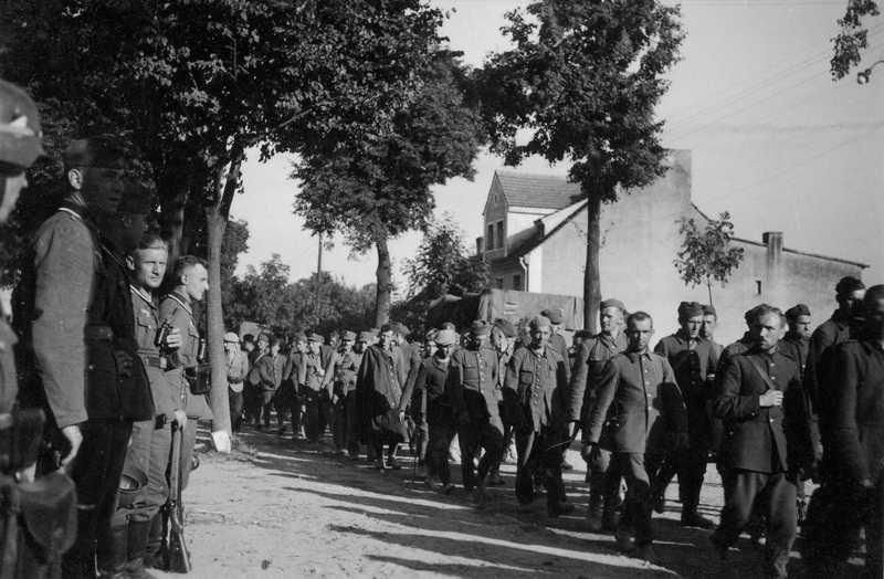"""Zdaniem Jochena Böhlera tak duża skala zbrodni na polskich jeńcach była spowodowana tym, że """"Niemieccy oficerowie i żołnierze […] mieli niewielkie opory przed stosowaniem przemocy"""" (źródło: domena publiczna)."""