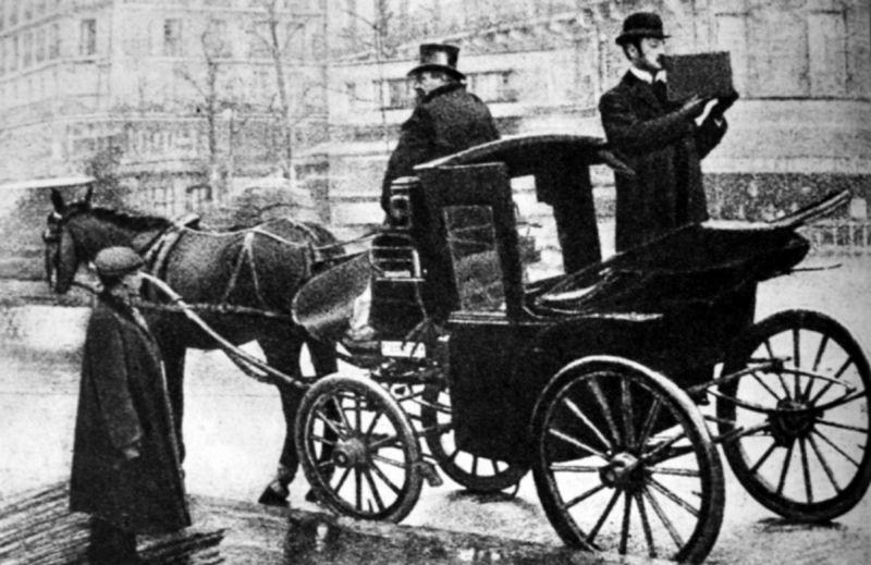 Kazimierz Prószyński filmuje swoim wynalazkiem ulice Paryża w 1909 roku (źródło: domena publiczna).