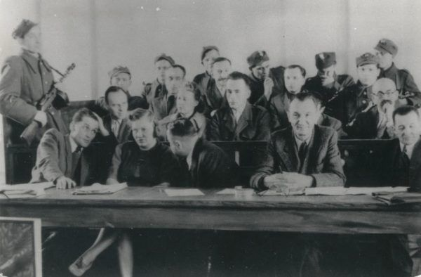 Ława oskarżonych w procesie Witolda Pileckiego. W czasie procesów kiblowych miejsca było znacznie mniej (fot. domena publiczna).