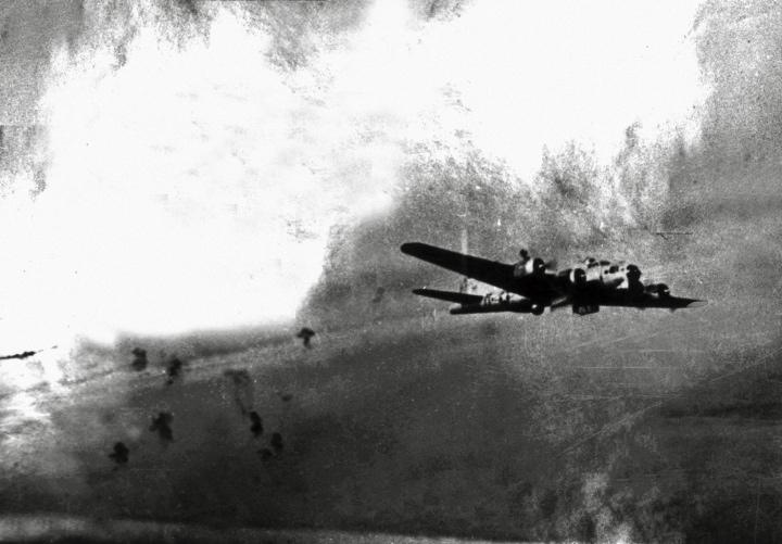 """Kiedy 19 września nad Warszawą pojawiły się samoloty, początkowo myślano, że to spadochroniarze Sosabowskiego przybywają z odsieczą. Szybko okazało się jednak, że to tylko pobożne życzenia. Na zdjęciu """"Latająca Forteca"""" nad Warszawą (źródło: domena publiczna)."""