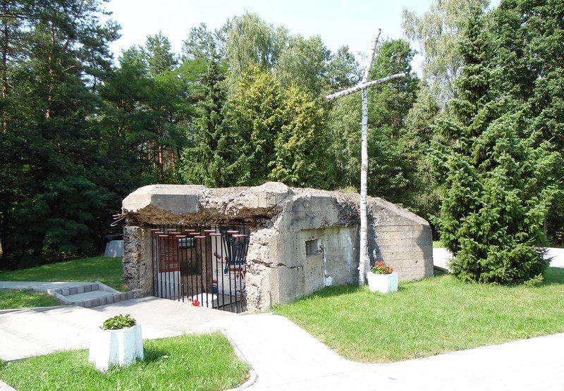 Pozostałości jednego z żelbetowych schronów pod Mławą (fot. Dariusz Kaliński).