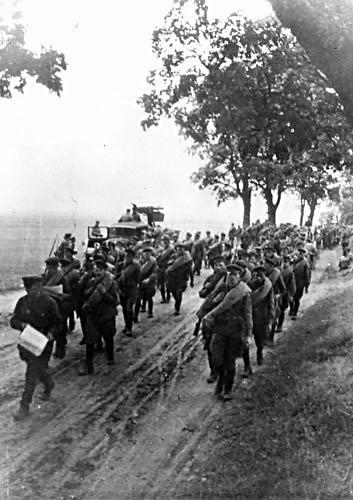 17 września 1939 roku Sowieci wbili nam nóż w plecy. Na zdjęciu czerwonoarmiści wkraczają do Polski (źródło: domena publiczna).