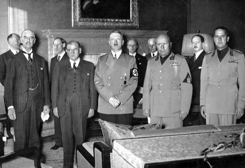 Jak podkreśla Roger Moorhouse w żadnym wypadku nie można porównywać układu monachijskiego z paktem Ribbentrop-Mołotow. Na zdjęciu sygnatariusze układu monachijskiego (źródło: Bundesarchivl; lic. CC ASA 3.0).