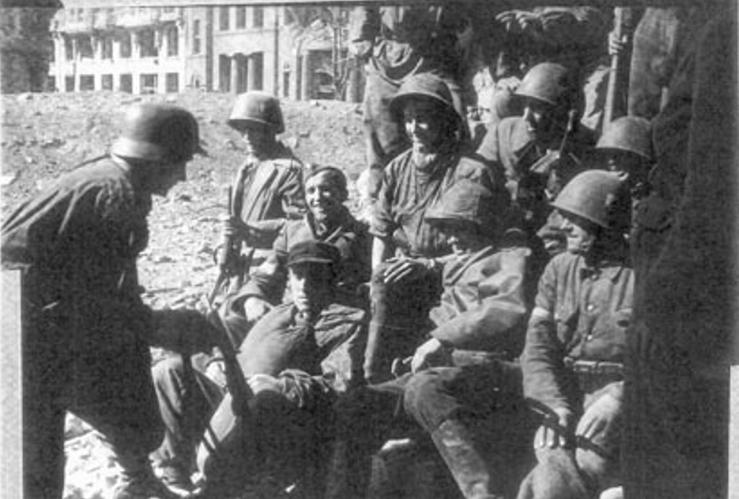 """Żołnierze """"Szczerby"""" ze 101 kompanii batalionu """"Bończa"""" w Śródmieściu – na Poczcie Głównej, IX.1944 r. Zdjęcie i podpis pochodzą z książki """"Powstańczy tryptyk"""" (Finna 2015)."""