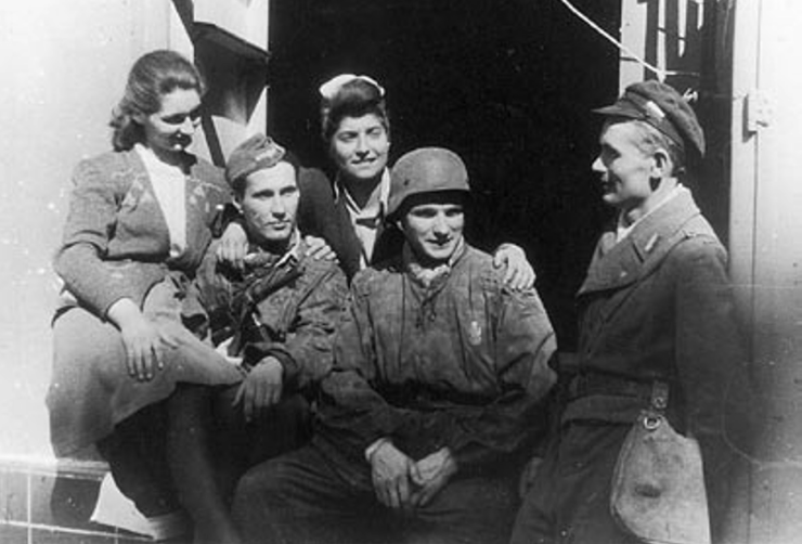 """Żołnierze """"Szczerby"""" ze 101 kompanii batalionu """"Bończa"""" w Śródmieściu, IX.1944 r. Od lewej: """"Czarna Baśka"""", """"Wicek"""", """"Giga"""", """"Teddy"""", """"Karolak"""". Zdjęcie i podpis pochodzą z książki """"Powstańczy tryptyk"""" (Finna 2015)."""