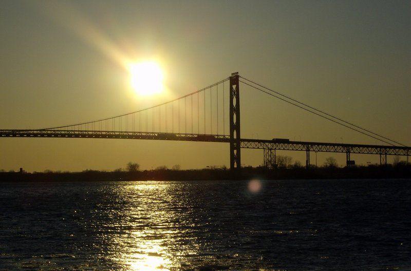 Kolejne dzieło Modrzejewskiego - Ambassador Bridge w Detroit (fot. Mikerussell, CC BY-SA 3.0).