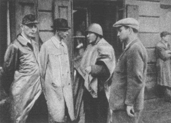 Generał Bór-Komorowski drugi od lewej, w czasie odprawy z podkomendnymi na Woli