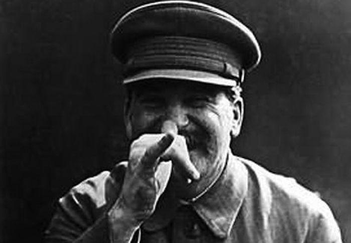 Stalin w szampańskim humorze gra Polakom na nosie (źródło: domena publiczna).