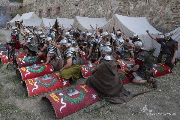 """Kto chce przeczytać """"Zapomniany legion""""? (fot. Cezary Wyszynski Photography, Legio XXI Rapax)."""