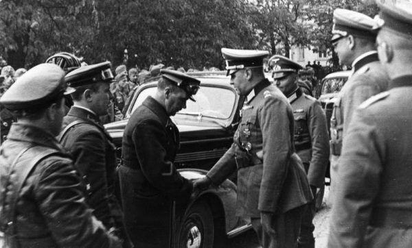 Niemieccy i radzieccy wojskowi podają sobie ręce w Lublinie.
