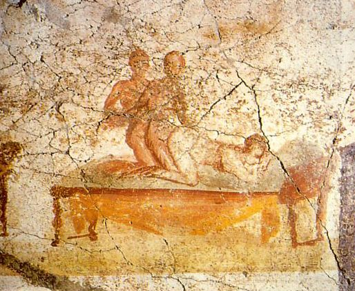 Kobieta i dwóch mężczyzn. Fresk na ścianie łaźni w Pompejach (il. domena publiczna).