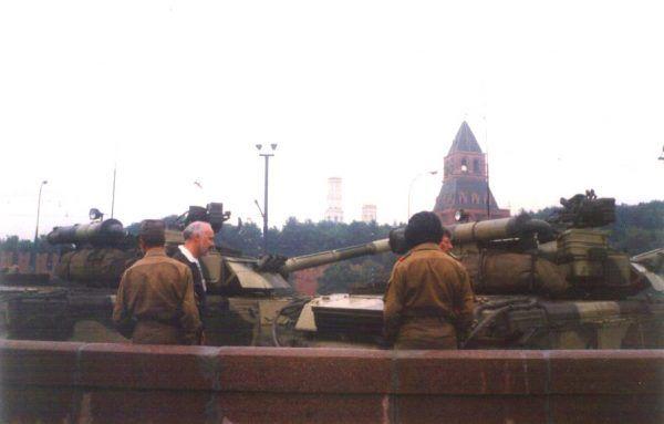 Czołgi na jednej z moskiewskich ulic w sierpniu 1991 roku (fot. Almog, domena publiczna).