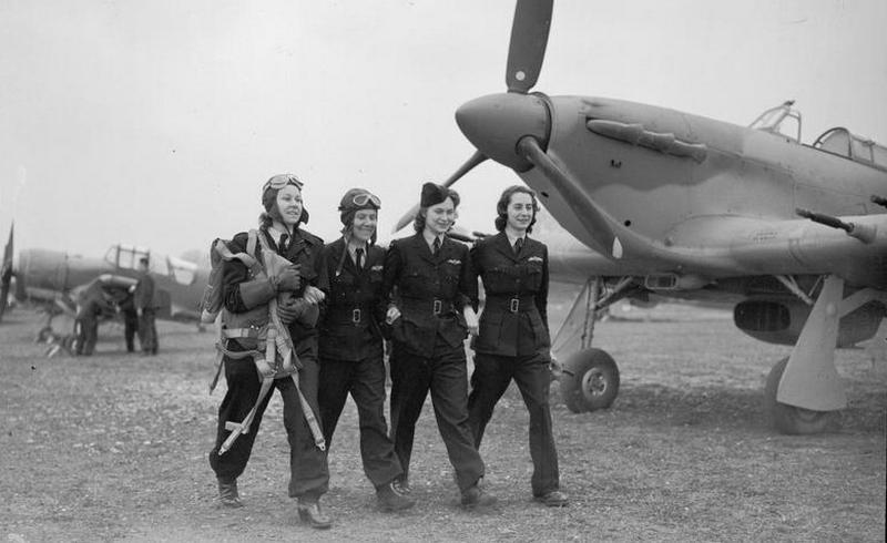 Cztery dorodne i wcale nie przerażone pilotki! Trzecia od lewej idzie córka Marszałka, Jadwiga Piłsudska (źródło: domena publiczna).