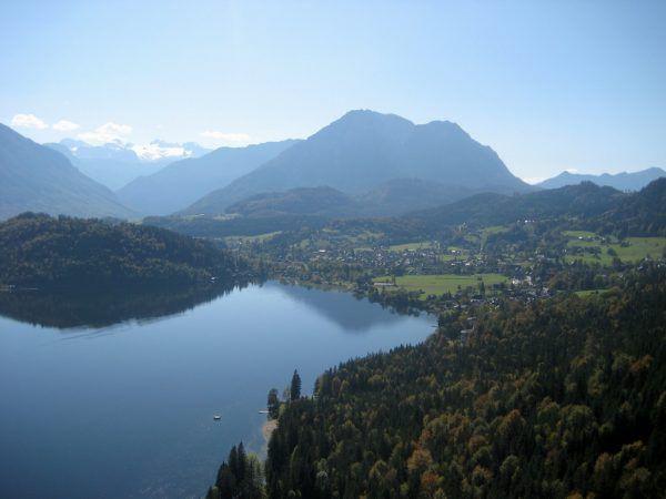 Jezioro Altaussee i wioska o tej samej nazwie. To tutaj Eichmann otrzymał swój ostatni rozkaz: zorganizowania oddziału partyzantkiego w górach (fot. Taranis-iuppiter, CC BY-SA 3.0).