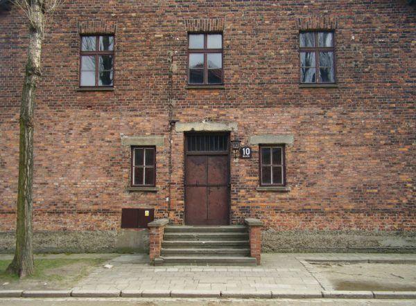 Blok 10 w Auschwitz. To tu przeprowadzał swoje eksperyment Josef Mengele, który uciekł do Argentyny w podobnym czasie co Eichmann. Nigdy nie został schwytany (fot. VbCrLf, CC BY-SA 4.0).