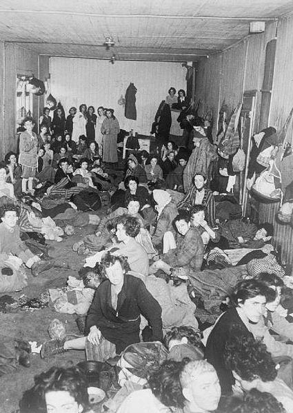 Kobiety i dzieci przetrzymywane w obozie koncentracyjnym w Bergen Belsen. Taki widok musiał wstrząsną alianckimi żołnierzami. Zdjęcie wykonane w dniu wyzwolenia obozu (źródło: domena publiczna).
