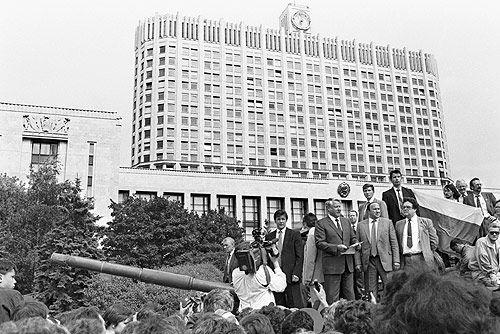 Borys Jelcyn przemawia do tłumu na czołgu stojącym przed siedzibą parlamentu Rosji, tzw. Białym Domem, 19 sierpnia 1991 r. Wydarzenie to stało się symbolem walki z puczystami Janajewa (fot. Kremlin.ru, CC BY 3.0).
