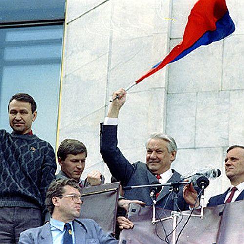 Borys Jelcyn 22 sierpnia 1991 roku świętuje zwycięstwo nad puczystami (fot. kremlin.ru, CC BY 3.0).