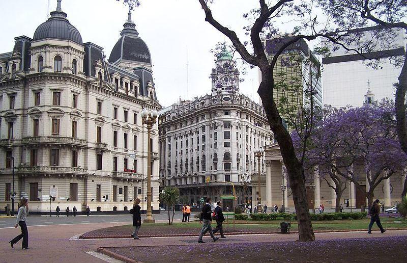 Nawet po wydaleniu ze Stanów Zjednoczonych Schreiberowi nie spadł nawet włos z głowy. Dożył w spokoju swoich dni w argentyńskim Buenos Aires (źródło: domena publiczna).