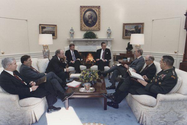 """Głównie autorzy amerykańskiej polityki zagranicznej w 1991 roku. Obok George'a Busha m.in. jego osobisty doradca ds. bezpieczeństwa Brent Scowcroft, sekretarz stanu James Baker, sekretarz obrony Richard """"Dick"""" Cheney i zastępca Scowcrofta Robert Gates (fot. National Archives and Records Administration, id. 186429, domena publiczna)."""