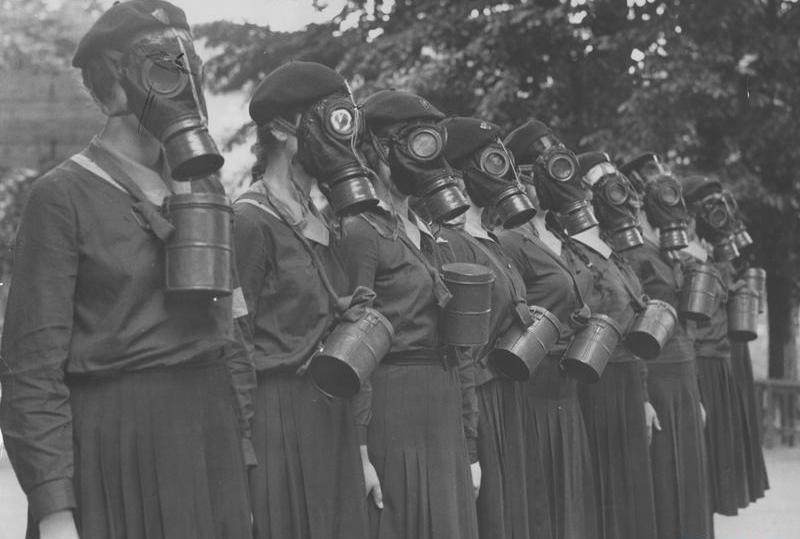 Ćwiczenia przeciwgazowe i sanitarne Przysposobienia Wojskowego Kobiet w sierpniu 1939 roku (źródło: domena publiczna).