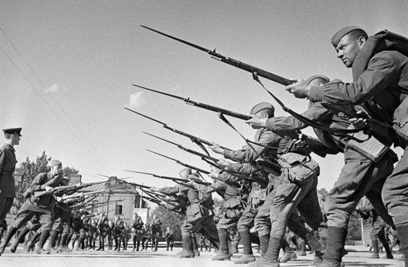 Nieprzyjęcie przez Związek Radziecki konwencji dotyczących ochrony jeńców wojennych wykorzystali Niemcy, którzy doprowadzili do śmierci setek tysięcy spośród pojmanych czerwonoarmistów (źródło: RIA Novosti archive; lic. CC ASA 3.0).