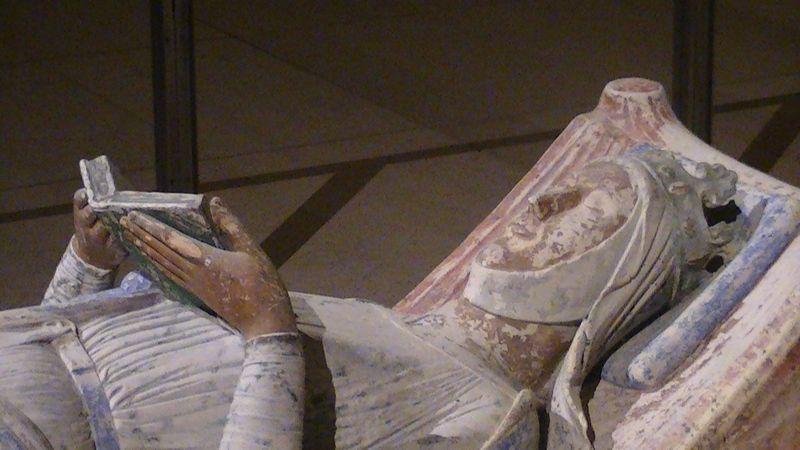 Nagrobek Eleonory Akwitańskiej w Opactwie Fontevrault. Przeżyła obu swych mężów, a z drugim była nawet bliżej spokrewniona, niż z Ludwikiem VII (fot. Adam Bishop, lic. CC BY-SA 3.0).
