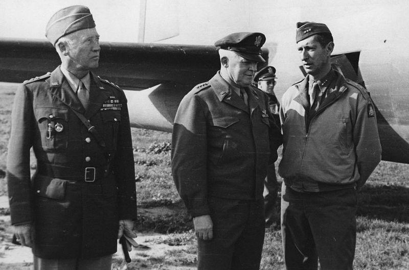 """Generał George Patton (z lewej), pod którego pieczą znajdowały się obozy dla dipisów, miał bardzo jednoznaczną opinię na ich temat, uważając ich wręcz za """"podludzi"""" (źródło: domena publiczna)."""