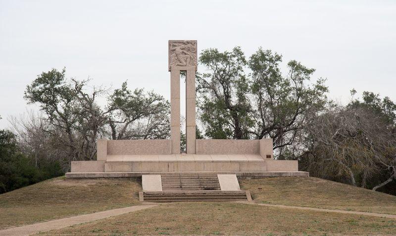 Monument upamiętniający miejsce masakry obrońców Goliad, w tym Ludwika Napoleona Dębickiego (fot. P6150, lic. CC BY-SA 3.0).