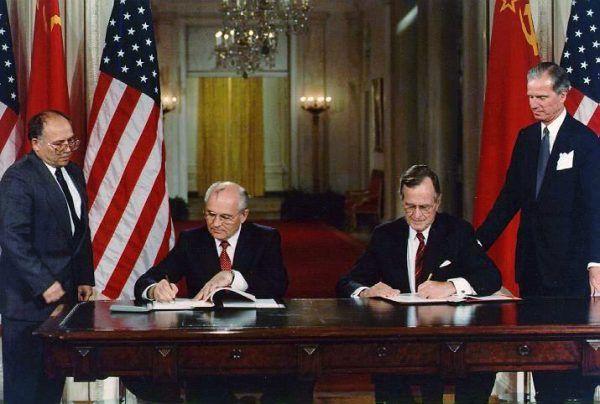 Michaił Gorbaczow cieszył się dużym zaufaniem George'a Busha. Na zdjęciu obaj prezydenci podpisują układ o zaprzestaniu produkcji broni chemicznej i rozpoczęciu niszczenia jej zapasów (fot. George Bush Presidential Library, ID: P13385-08; domena publiczna).