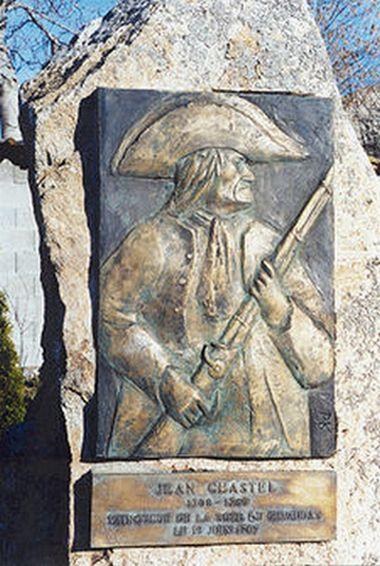 Jean Chastel: bohater, który ubił bestię srebrną kulą, czy zbrodniarz? Zdjęcie stelli upamiętniającej, postawionej w miescu ustrzelenia potwora z Gévaudan (fot. Χρήστης:Βήσσμα, lic. CC BY-SA 3.0).