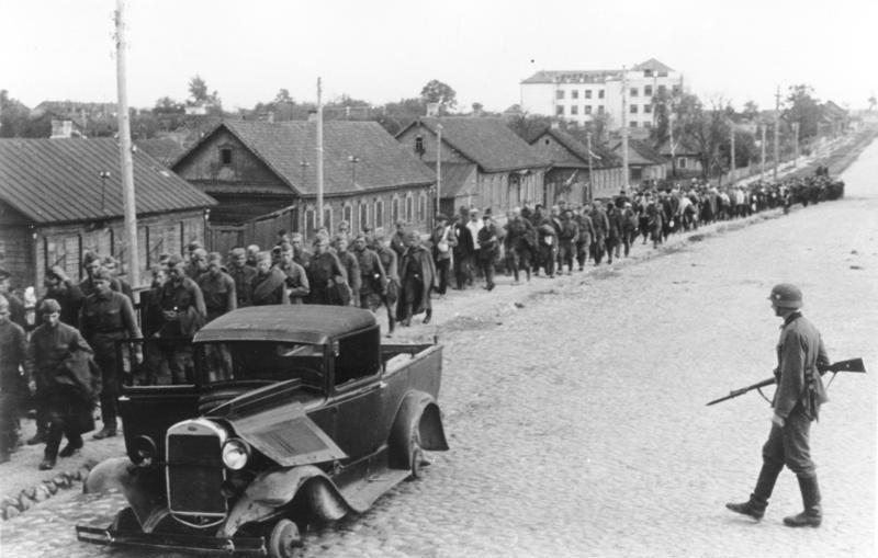 Tylko do końca 1941 roku Niemcy wzięli do niewolo więcej niż dwa i pół miliona żołnierzy Armii Czerwonej (źródło: Bundesarchiv; lic. CC ASA 3.0).