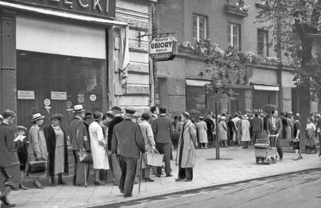 """Przezorniejsi gromadzili zapasy już na długo przed wybuchem wojny. Inni czekali do ostatniej chwili, stojąc w długich kolejkach do sklepów. Zdjęcie z książki Aleksandry Zaprutko-Janickiej """"Okupacja od kuchni""""."""