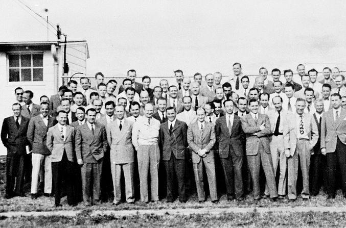 Po wojnie za ocean trafiły setki nazistowskich naukowców. W 1952 roku dołączył do tego grona również prof. Schreiber. Na zdjęciu część z grupy specjalistów w dziedzinie broni rakietowej sprowadzonych do USA. Wśród nich także nie brakowało zbrodniarzy wojennych (źródło: domena publiczna).
