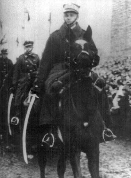 """Witold Pilecki konno prowadzi defiladę wojskową w Lidzie. Zdjęcie i podpis z książki """"Pilecki. Śladami mojego taty""""."""