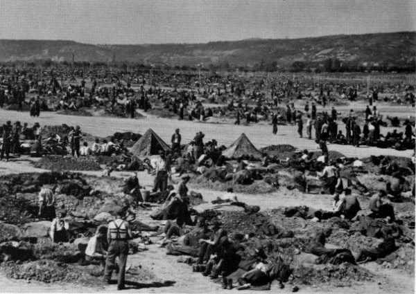 Warunki panujące w alianckich obozach dla niemieckich jeńców wojennych w 1945 roku były fatalne. Adolf Eichmann był więźniem wielu z nich (fot. U.S. Army, domena publiczna).