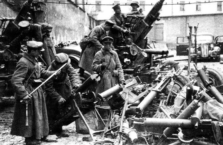 Sowieci oglądają zdobyczną broń. Zdjęcie wykonane prawdopodobnie w Grodnie (źródło: domena publiczna).