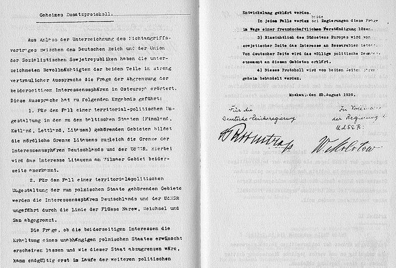 Dokument tajnego protokołu do paktu z 23 sierpnia 1939 roku z podpisami Joachima von Ribbentropa i Wiaczesława Mołotowa (źródło: domena publiczna).