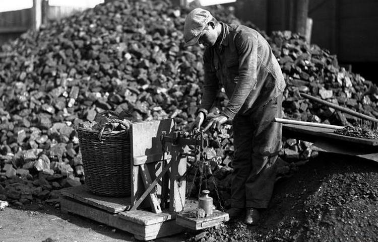 Przygotowując się do nadchodzącej wojny Halina Wardell zadbała o odpowiednio duży zapas węgla (źródło: domena publiczna).
