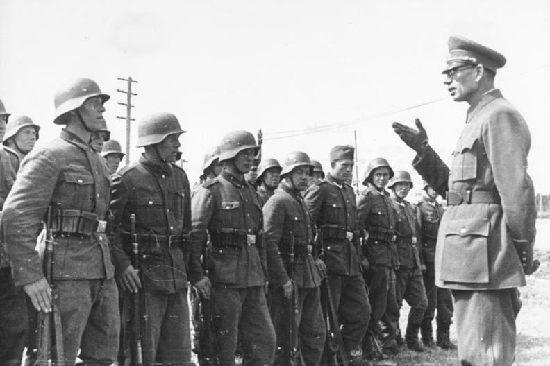 Wraz z coraz bliższym końcem wojny Palij i inni antybolszewiccy jeńcy coraz lepiej rozumieli, że Rosyjska Armia Wyzwoleńcza jest prawdopodobnie jedyną szansą na ocalenie życia. nie wiedzieli jeszcze, że po wojnie alianci oddadzą ich w ręce Stalina. Na zdjęciu generał Własow wśród żołnierzy ROA (źródło: Bundesarchiv ; lic. CC ASA 3.0).