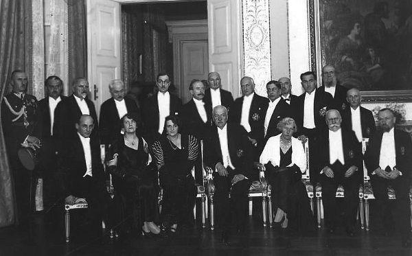 Nałkowska (druga od lewej w dolnym rzędzie) na sesji inauguracyjnej Polskiej Akademii Literatury w 1933 roku z udziałem Prezydenta RP Ignacego Mościckiego. Nikt nie mógł się wówczas spodziewać, że za parę lat wybuchnie wojna i pisarce przyjdzie szmuglować kartofle na własnych plecach.
