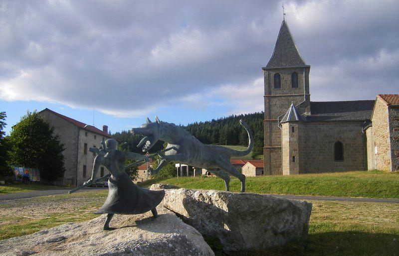 Bestia podczas walki z Marie-Jeanne Valet. Pomnik autorstwa Philippe'a Kaeppelina stojący przy kościele w Auvers (fot. Szeder László, lic. GFDL).
