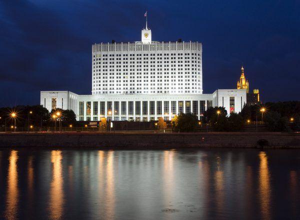 Biały Dom w Moskwie, dawniej budynek parlamentu Rosyjskiej Federacyjnej Socjalistycznej Republiki Radzieckiej, dziś siedziba rządu Federacji Rosyjskiej (fot. Sergey Korovkin 84, CC BY-SA 3.0).