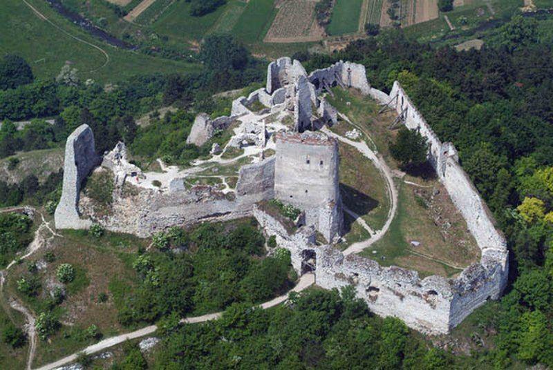 Ruiny cachtickiego zamku, ostatniego miejsca pobytu Elżbiety - widok współczesny (fot. Civertan, lic. CC BY-SA 3.0).