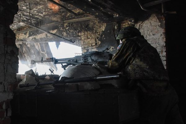 Żołnierz prorosyjskich separatystów na stanowisku w ruinach lotniska w Doniecku (fot. Mstyslav Chernov, CC BY-SA 4.0).