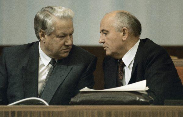 Borys Jelcyn i Michaił Gorbaczow (z prawej) zaciekle ze sobą rywalizowali, ale w sierpniu 1991 roku zostali na chwilę sojusznikami (fot. East News).
