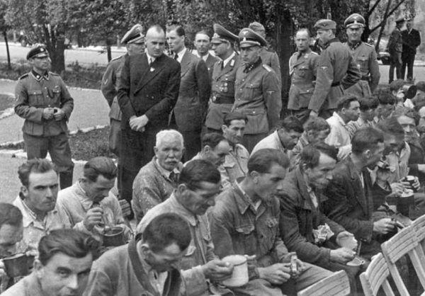 Hans Frank zdecydował, że głodzenie Polaków pozwoli ich trzymać w ryzach. Na zdjęciu Frank przechadza się wśród robotników przymusowych.